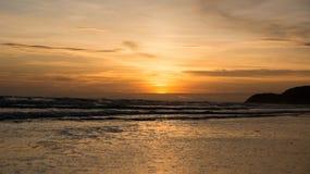morza niebieskiego nieba piaska słońca światła dziennego relaksu krajobrazu plażowy punkt widzenia dla projekta kalendarza w Thai Obrazy Royalty Free