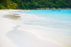 Morza plażowy niebieskie niebo i biały piasek w Koh Tachai wyspie Obrazy Royalty Free