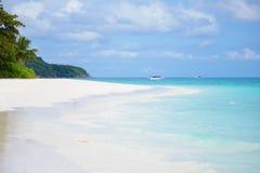 Morza plażowy niebieskie niebo i biały piasek w Koh Tachai wyspie Obrazy Stock