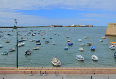 Morze, łodzie rybackie i forteca, cadiz Spain zdjęcie stock