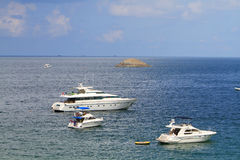 morze śródziemnomorskie błękitny łódkowaty jachting Obrazy Royalty Free