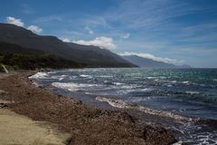 Morze Śródziemnomorskie i góry, Sardinia, Włochy Zdjęcia Stock