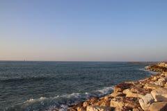 Morze Śródziemnomorskie i skały Zdjęcie Stock
