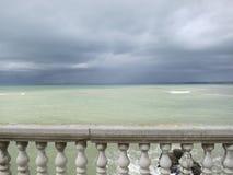 Morze Śródziemnomorskie w zieleni i szarość Obrazy Stock