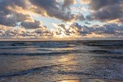 Morze Bałtyckie plaża z chmurnym niebem w lecie Obraz Stock