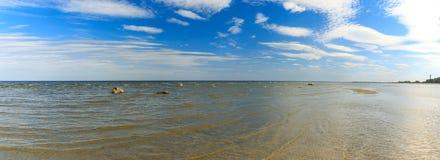 Morze Bałtyckie, plażowy tła niebieskie niebo Fotografia Stock