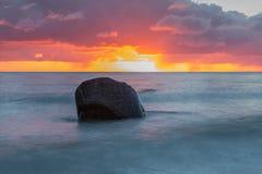 Morze Bałtyckie z dużym kamieniem przy zmierzchem z dramatycznymi chmurami zdjęcia royalty free