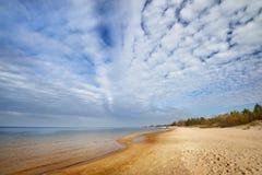 Morze Bałtyckie brzeg i ornamentacyjne chmury w Ryskim, Bolderaja Fotografia Royalty Free