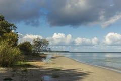 Morze Bałtyckie brzeg w Latvia Piasek diuny z sosnami i chmurami zdjęcia royalty free
