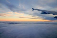 Morze chmury i półmrok od Płaskiego okno z skrzydłem fotografia stock