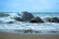 Morze fala fala rytm na skałach Zdjęcia Stock