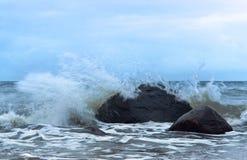 Morze fala fala rytm na skałach Zdjęcie Royalty Free