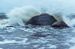 Morze fala fala rytm na skałach Obrazy Royalty Free