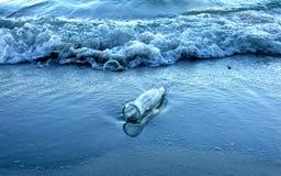Morze, fala i butelka Obrazy Stock