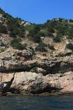 Morze fala, kipiel Skały i skały morze czarne Lato obrazy stock