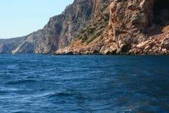Morze fala, kipiel Skały i skały morze czarne Lato zdjęcia stock