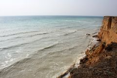 Morze fala, kipiel Skały i falezy morze czarne Lato fotografia stock
