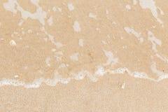 Morze fala na piasek plaży tle obrazy royalty free