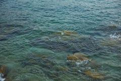 Morze, fala, piasek i kamienie, Obrazy Stock