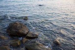 Morze, fala, piasek i kamienie, Zdjęcia Royalty Free