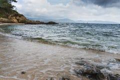 Morze fala rolka na piasku na plaży obraz royalty free