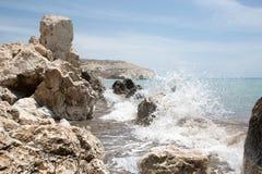 Morze fala rozbijać na skałach obrazy stock