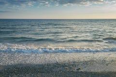 Morze fala Rozbija na Kamienistej plaży zdjęcia stock