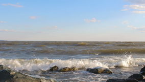 Morze fala rozbija na skałach zbiory