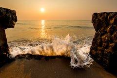 Morze fala uderza brzeg w ranku Zdjęcie Royalty Free