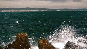 Morze fala uderza skalistego brzeg w zwolnionym tempie