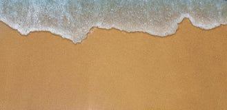 Morze fala uderzenia na piaska brzeg obrazy stock