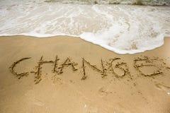 Morze fala z zmiana tekstami na piasku fotografia stock