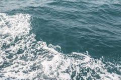 Morze fala zakończenie up, niskiego kąta widok Zdjęcia Stock