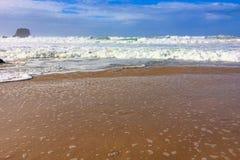 Morze fale i skały, denna kipiel obrazy royalty free