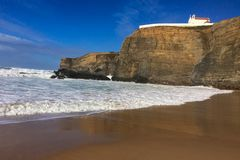 Morze fale i skały, denna kipiel fotografia royalty free
