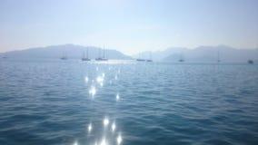 Morze, góra i słońce, obraz stock