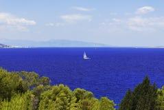 Morze i żaglówka Zdjęcie Royalty Free