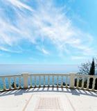 Morze i balkon pod chmurnym niebem Zdjęcia Royalty Free