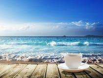 Morze i filiżanka kawy Zdjęcia Royalty Free