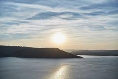 Morze i góry na zmierzchu fotografia stock