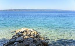 Morze i halny krajobraz na horyzoncie Zdjęcie Royalty Free