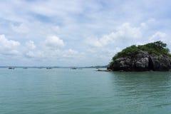 Morze i niebieskie niebo z łodzią między małą wyspą zdjęcie stock