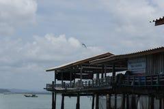 Morze i niebieskie niebo z łodzią między małą wyspą zdjęcie royalty free