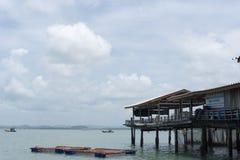 Morze i niebieskie niebo z łodzią między małą wyspą zdjęcia royalty free
