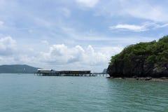 Morze i niebieskie niebo z łodzią między małą wyspą obrazy royalty free