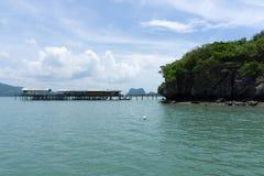 Morze i niebieskie niebo z łodzią między małą wyspą obrazy stock