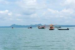 Morze i niebieskie niebo z łodzią między małą wyspą obraz stock