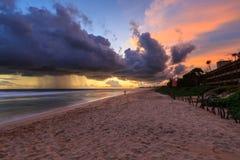 Morze i plaża z ciemnymi podeszczowymi chmurami przy zmierzchem Obrazy Royalty Free
