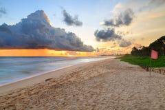 Morze i plaża z ciemnymi podeszczowymi chmurami przy zmierzchem Obrazy Stock
