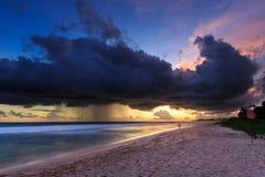 Morze i plaża z ciemnymi podeszczowymi chmurami przy zmierzchem Fotografia Royalty Free
